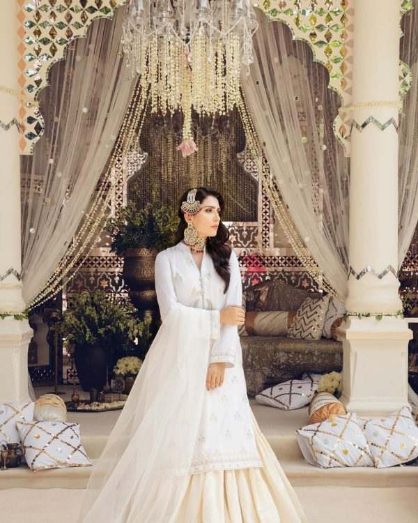 Ayeza Khan Looking Awesome in New Photoshoot