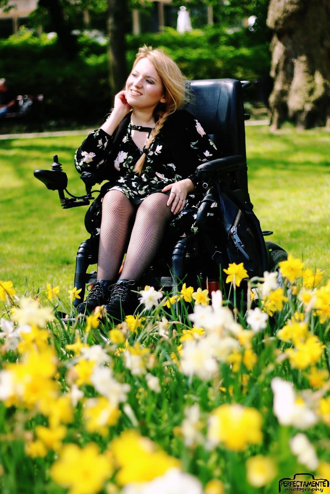 czarna sukienka w kwiaty i kabaretki boho blog o modzie rockowej