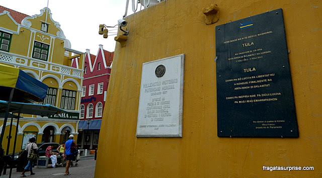 Homenagem à revolta de escravos de Curaçao em placa no Centro de Willemstad
