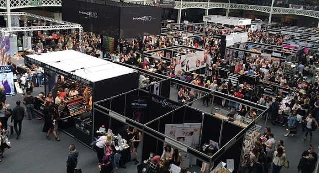 how to get more people to exhibition stand trade show booth foot traffic