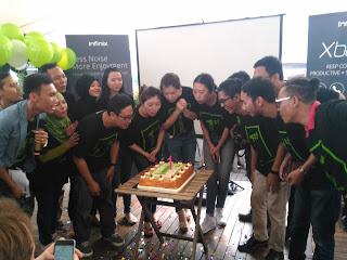 Tim Infinix Indonesia Bersama Meniup Lilin