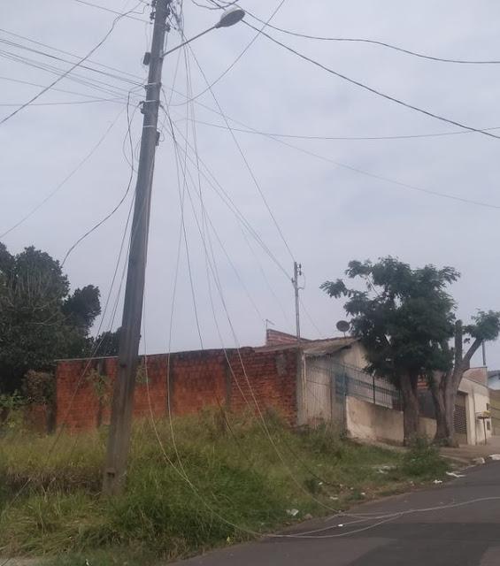 Queda de árvore atinge carro e motocicleta e deixa bairro sem energia elétrica em Álvares Machado