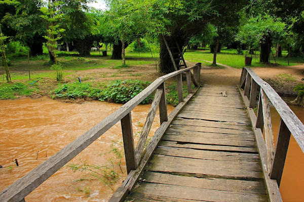 Puente sobre el rio de las cataratas Li Phi