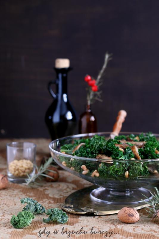 Jarmuż z grzybami i piniolami