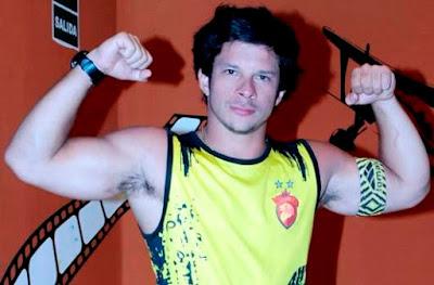 Mario Hart mostrando sus músculos