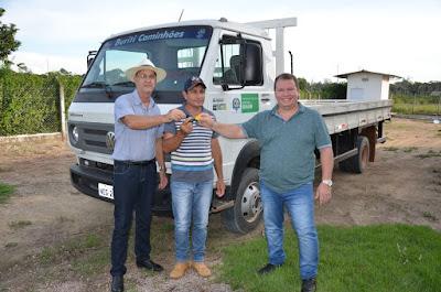 Dr. Neidson participa da entrega de caminhão em associação de Candeias do Jamari