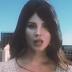 """Doin' Time"": Lana Del Rey interpreta mulher gigante em seu novo icônico videoclipe"