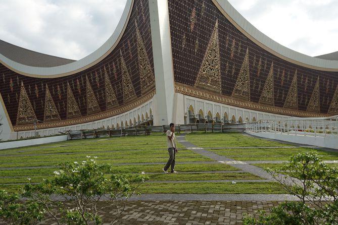 Mengabadikan diri di sekitaran Masjid Raya Sumatera Barat