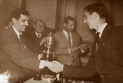 Vicente Martín recogiendo el trofeo del Sindicato de la Construcción
