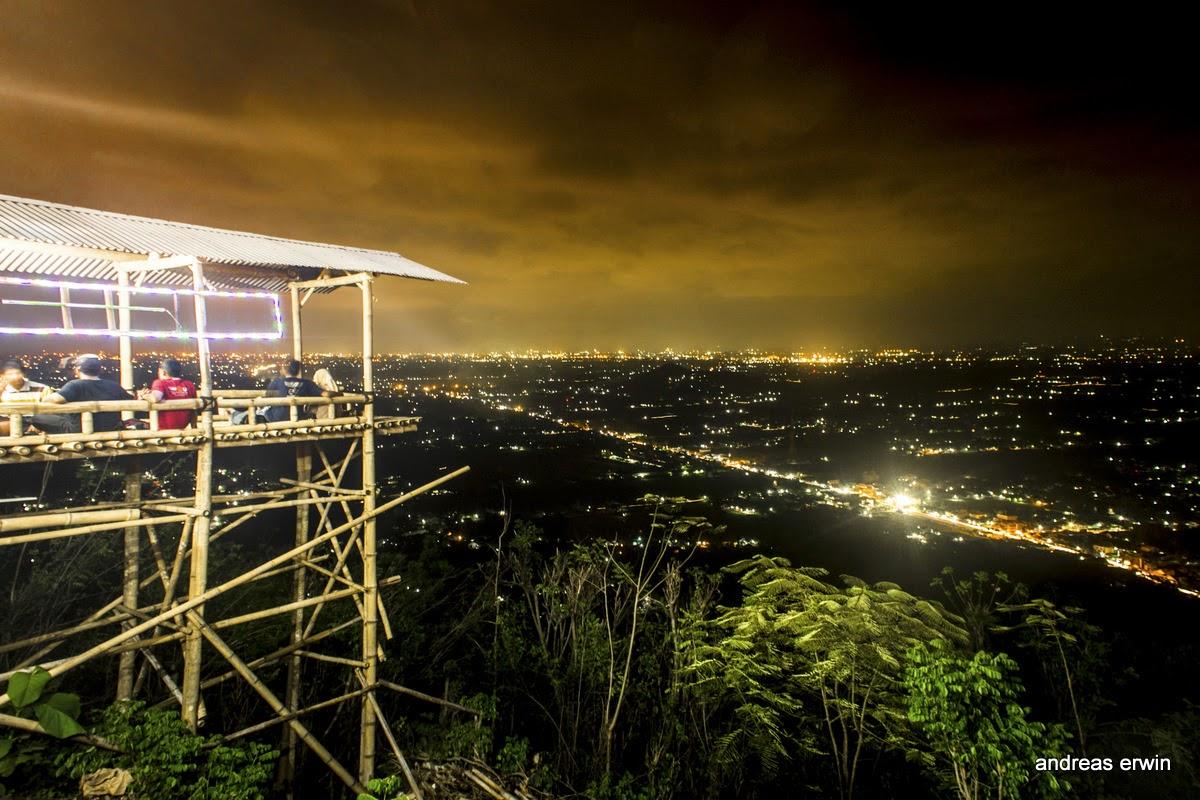 Wisata Malam di Bukit Dengan Pemandangan Kota yang Indah