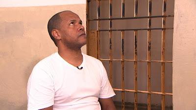 Tonhão conversa com Roberto Cabrini no Centro de Detenção de Cruzeiro (Divulgação/SBT)
