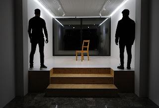 Αφαιρετική Φωτογραφία με τους δύο εμπνευστές στο δωμάτιο