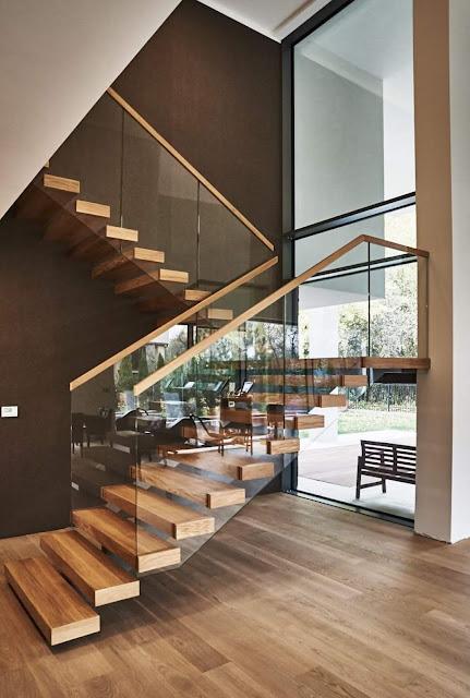 Cầu thang kính đơn giản với bậc thang bằng gỗ