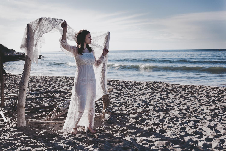 servizio fotografico sposa sulla spiaggia