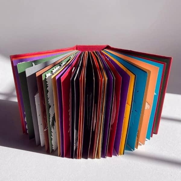 handgemaakt pop-upboek met veelkleurige pagina's