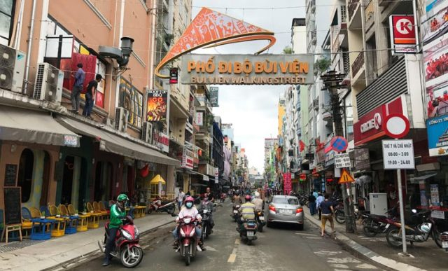 Bui Vien Street prohibits cars from 19:00 pm to 2:00 am on Saturday and Sunday.