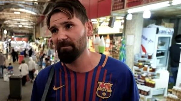شاهد بالفيديو والصور.. شبيه ميسي يبيع السجائر وسط سوق شعبي بالعراق