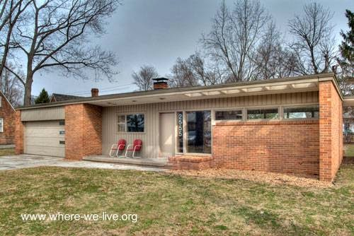 Residencia moderna estilo Mid Century con ladrillo vista en Estados Unidos