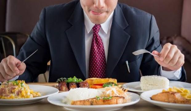 Menyalahgunakan tiket pesawat demi makan di vip lounge