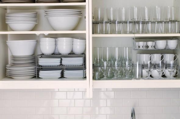 Armario con baldas para separar la vajilla y mantener el orden en la cocina