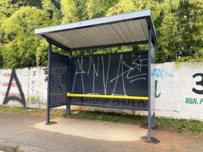 Prefeitura instala novos pontos de ônibus e em uma semana já são vandalizados