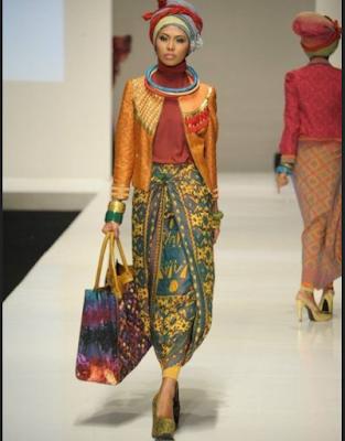 Baju kurung etnis berbahan songket dari Dian Pelangi