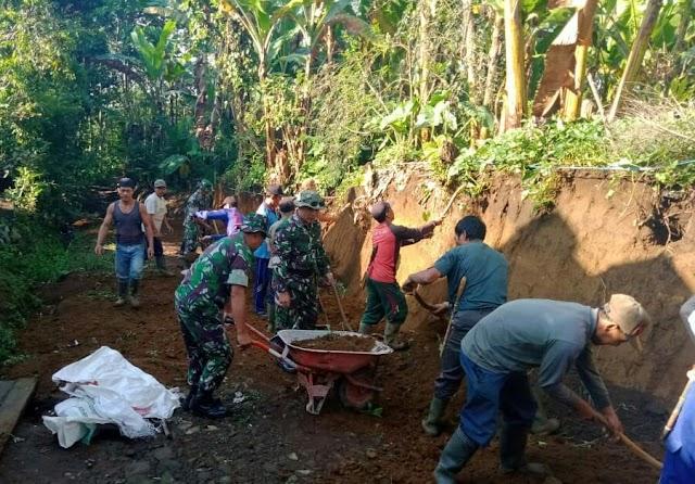 TNI dan Masyarakat Senduro Karya Bakti Pelebaran Jalan