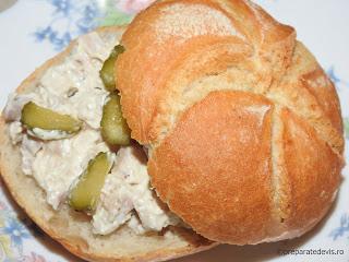 Salata de pui cu maioneza si usturoi reteta rapida de casa castraveti chifle sandwich mancare aperitive antreu retete salate carne piept,