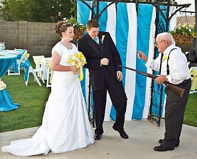Witziges Hochzeitsbild - Mit dem Gewehr des Opas zur Ehe gezwungen Spassbild