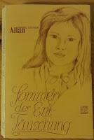Buchcover von Sommer der Enttäuschung, es zeigt ein gezeichnetes Mädchen, schwarz auf gelb