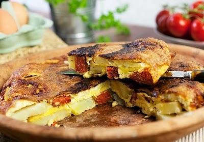 Tortilla de papas con cebolla y chorizo