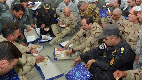 بالصور السيسي يتناول الطعام على الأرض مع أبطال العملية الشاملة