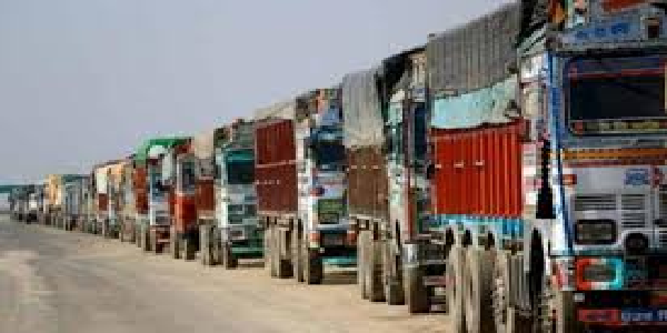 uttarpradesh-SP-ne-jabt-kiye-baalu-ladey-200-overload-truck
