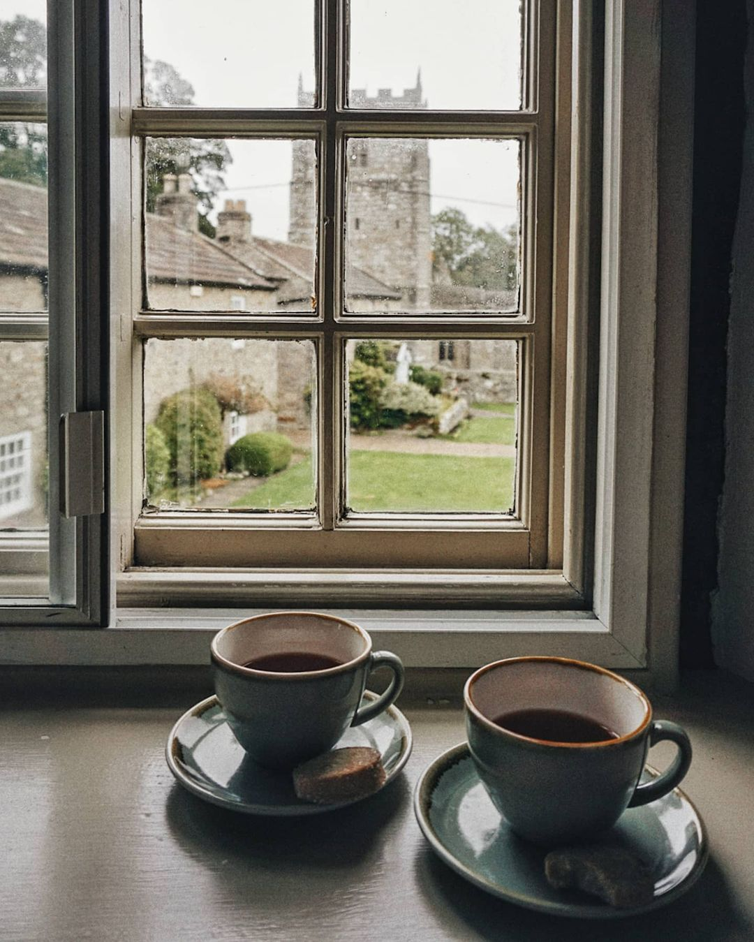 𝒾𝓉'𝓈 𝒸𝑜𝒻𝒻𝑒𝑒 𝓉𝒾𝓂𝑒 Le giornate dovrebbero iniziare con un abbraccio, un bacio, una carezza e un caffè.