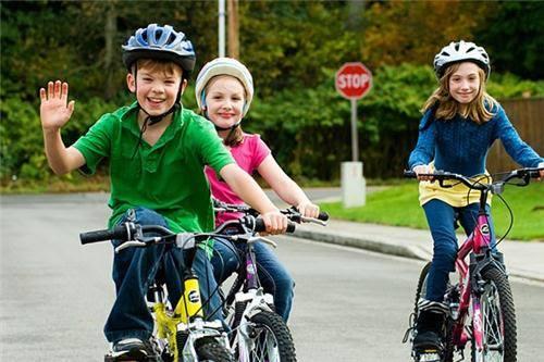 Để trẻ đi xe đạp mà không mang mũ bảo hiểm
