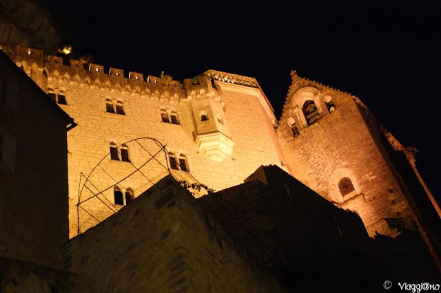 I santuari ed il Palazzo del Vescovo in notturna a Rocamadour
