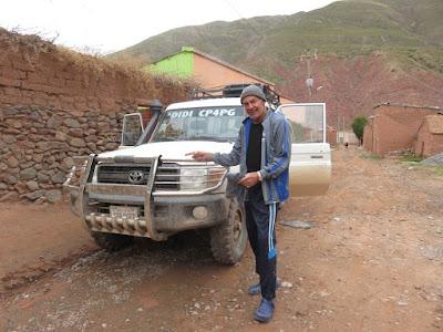 Heute Morgen wurde das dreckige Auto gewaschen wegen eines viel Wasser führenden Flusses mussten wir gestern von Tupiza nach Esmoraca einen Umweg von 3 Stunden fahren.