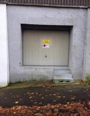 Parken verboten, prohibido aparcar, cochera con escalera