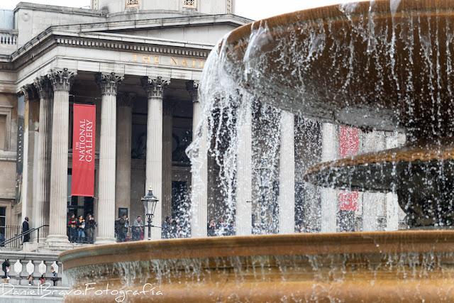 Entrada al museo National Gallery con una fuente en primer plano y el museo al fondo.