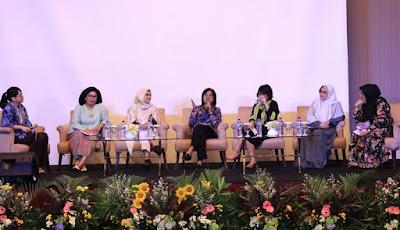 Para Pembicara, kiri ke kanan Victoria Simanungkalit, Yuliana Syafriani, Lily Puspasari, Dewi Meisari, serta perwakilan dari Pengusaha Perempuan