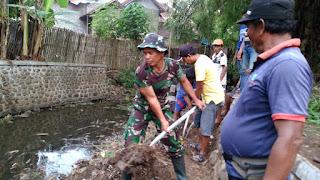 Antisipasi Terjadi Banjir Babinsa Kotaanyar Ajak Warga Bersihkan Selokan