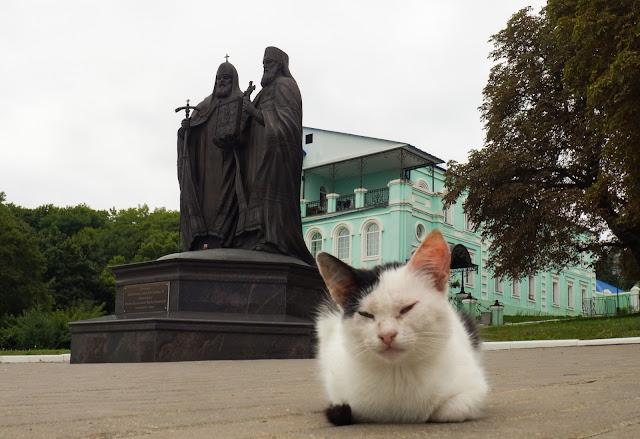 Памятник патриарху Алексию II и митрополиту Лавру
