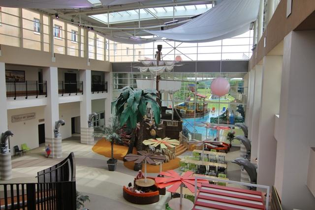 Zona de restaurantes, barco pirata y parque acuático del Hotel Explorers