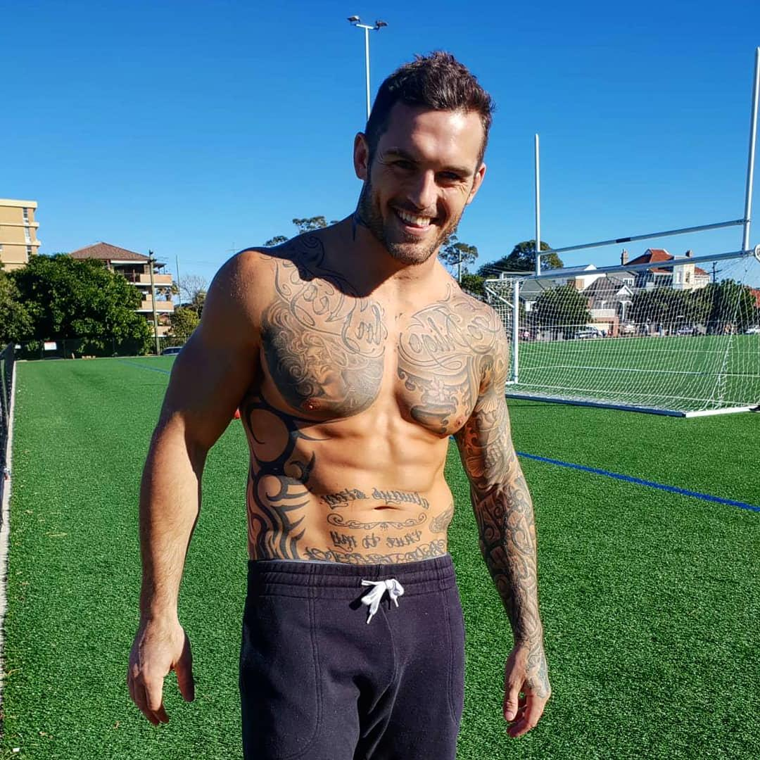 shirtless-hot-guys-pictures-soccer-daddy-footballer-field-sexy-dilf-body