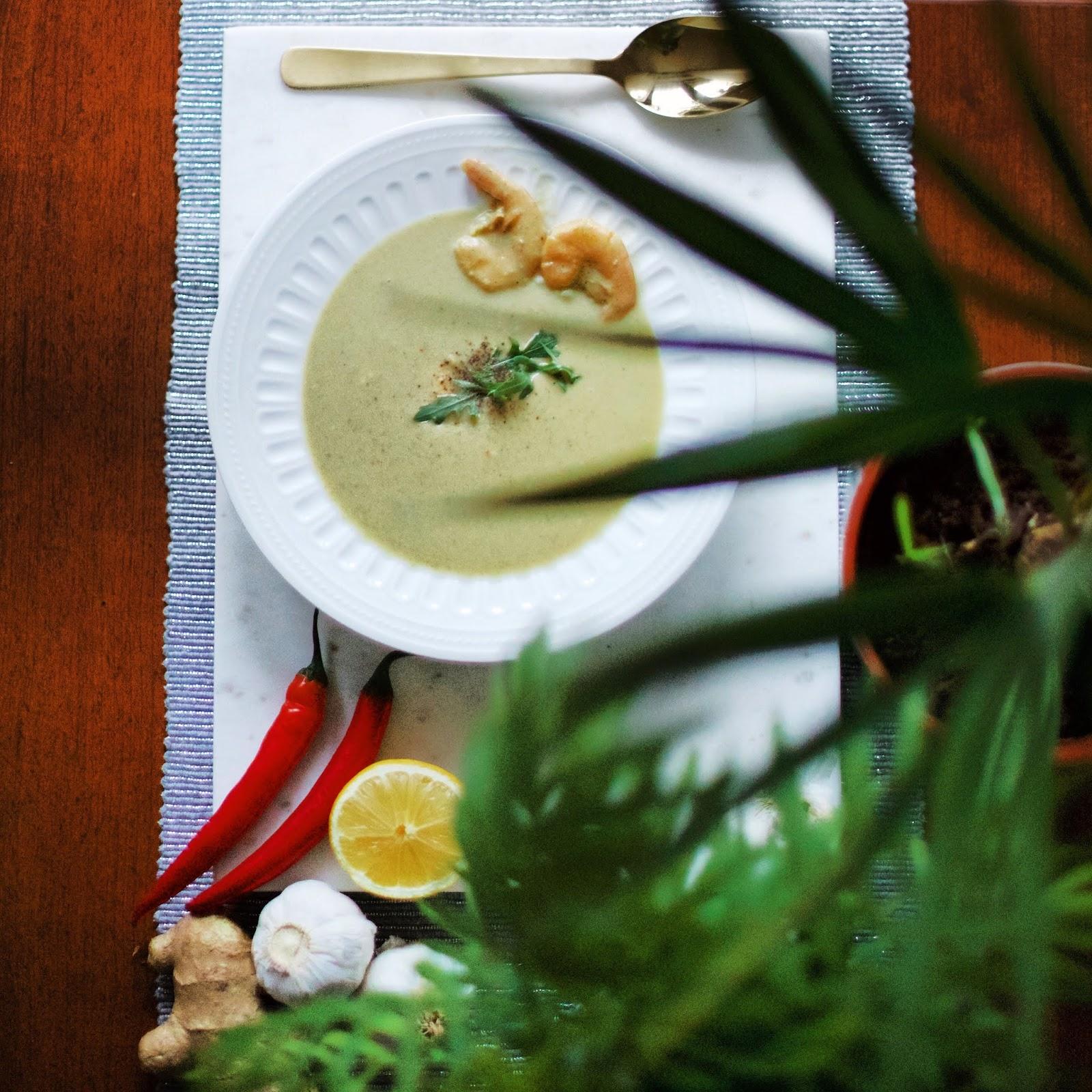 Tajska, gęsta zupa kokosowa z krewetkami.