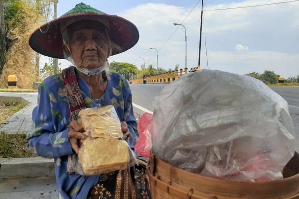 Enggan Jadi Pengemis, Mbah Riyem Rela Jalan Kaki Jualan Kerupuk Sejauh 2 KM