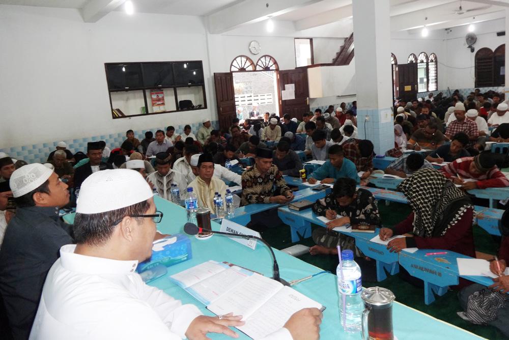 Ustad H Ainur Rosyid (baju putih) dan Ustad Yudi Habibulloh duduk di depan menyampaikan pengajian Asmaillahi Ah Husna di Masjid Nurul Iman Balikpapan, Sabtu (2/4). Foto; LINES.