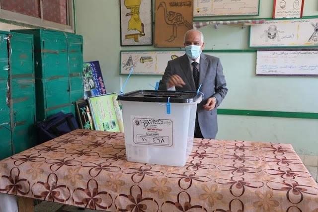 محافظ الجيزة يدلي بصوته في انتخابات إعادة مجلس الشيوخ بمدرسه أم الابطال الثانوية