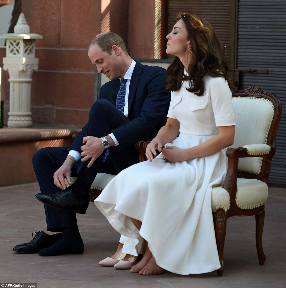 Kate removes shoes to show unpolished feet in Delhi