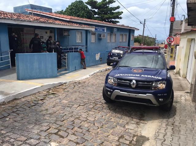 Unidade básica de saúde da vila de Ponta Negra, na Zona Sul, foi invadida por criminosos, que roubaram doses da vacina contra Covid-19. — Foto: Kleber Teixeira/Inter TV Cabugi